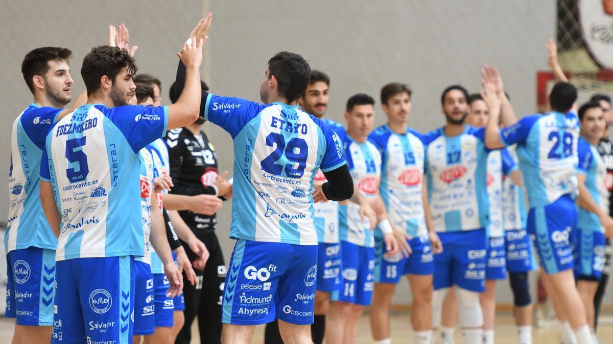 Saludo entre los jugadores del Trops Málaga antes de un partido.