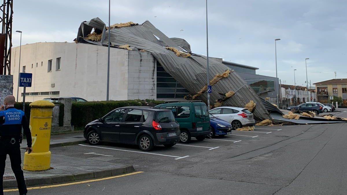 """La borrasca """"Karim"""" ya se deja notar en Asturias y causa destrozos el polideportivo del El Berrón"""