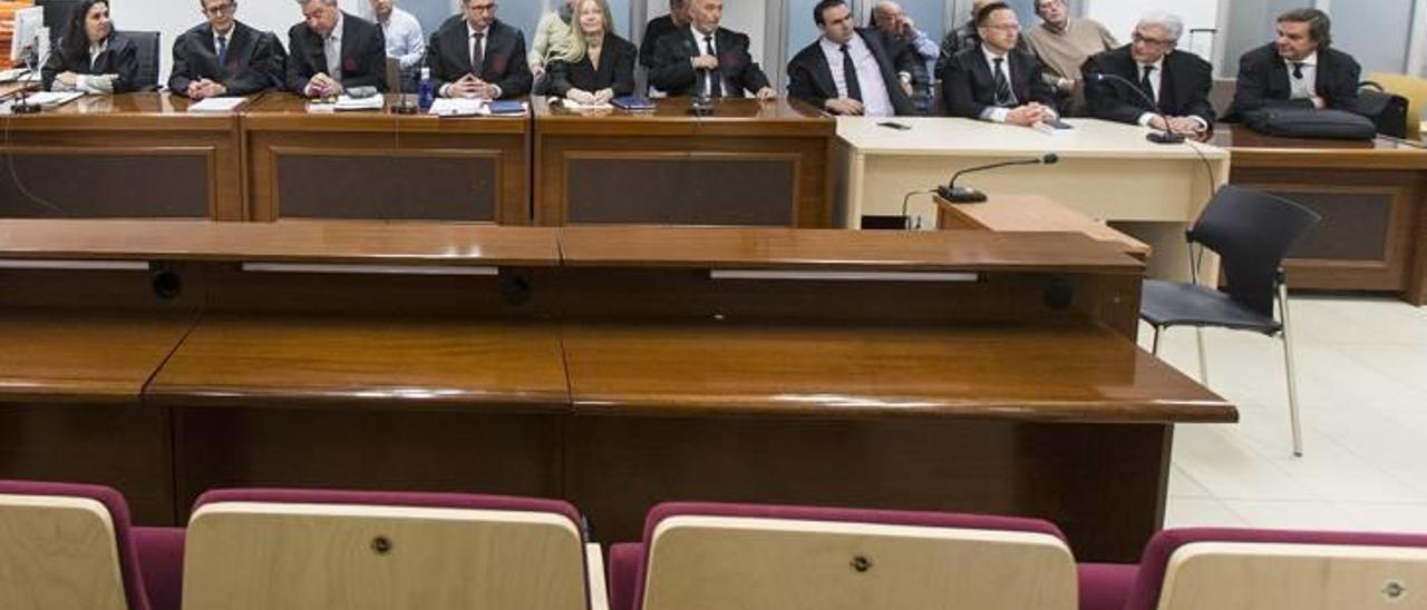 Acusaciones y defensas con los acusados sentados detrás en la última sesión del juicio por el asesinato.