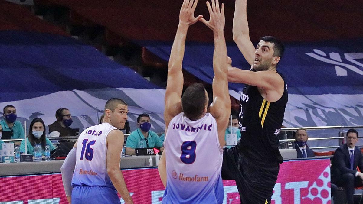 Gio Shermadini se dispone a ejecutar un gancho ante la defensa de Jovanovic.