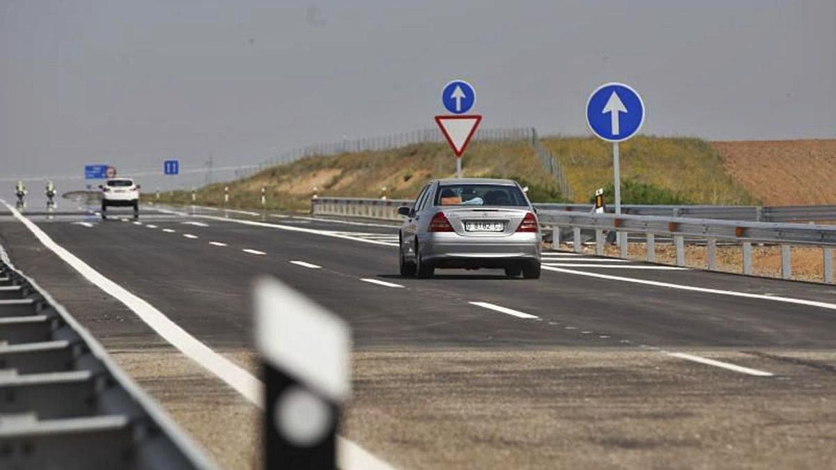 Un vehículo circula por la autovía en la provincia de Zamora. |