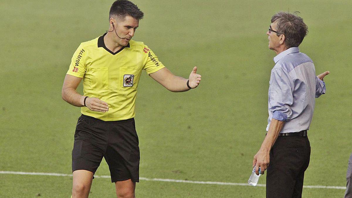 El árbitro Ortiz Arias se dirige a Fernando Vázquez durante el partido de ayer en Tenerife.
