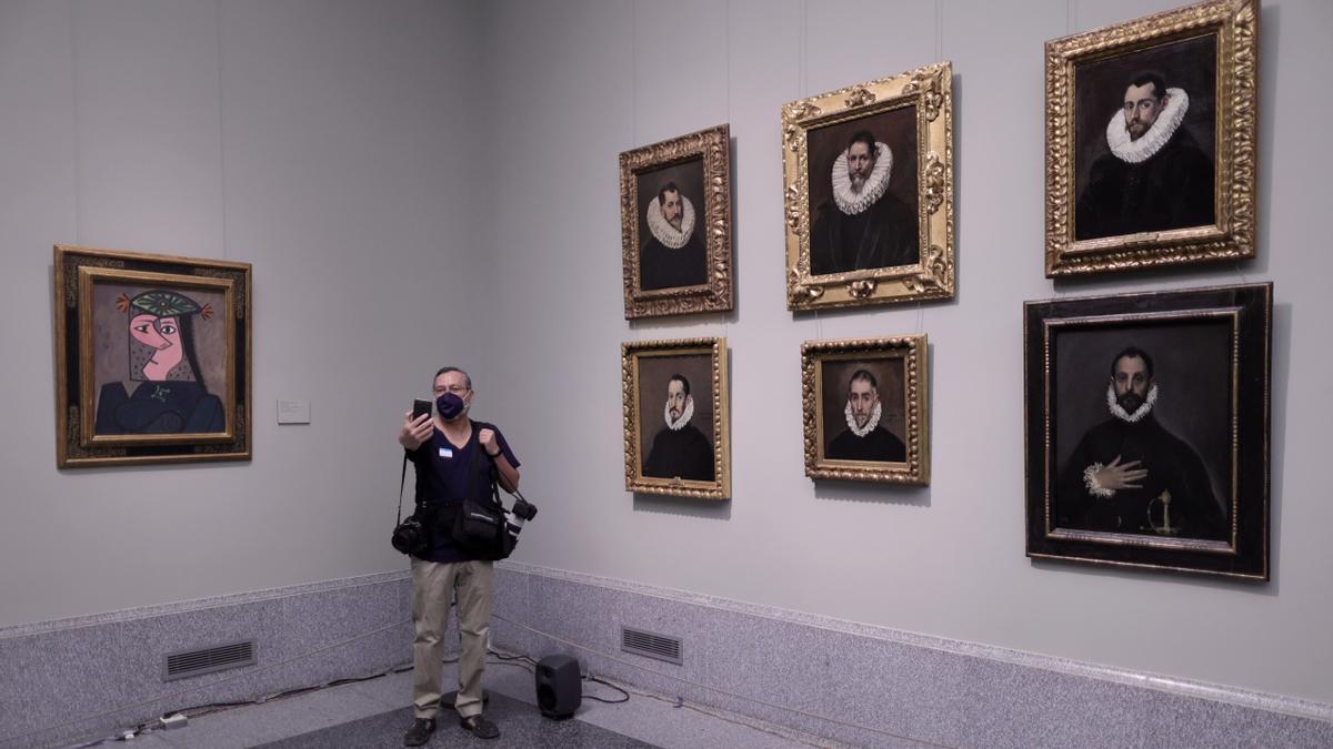 Un hombre se hace una fotografía junto a la obra 'Busto de mujer 43', de Pablo Picasso.