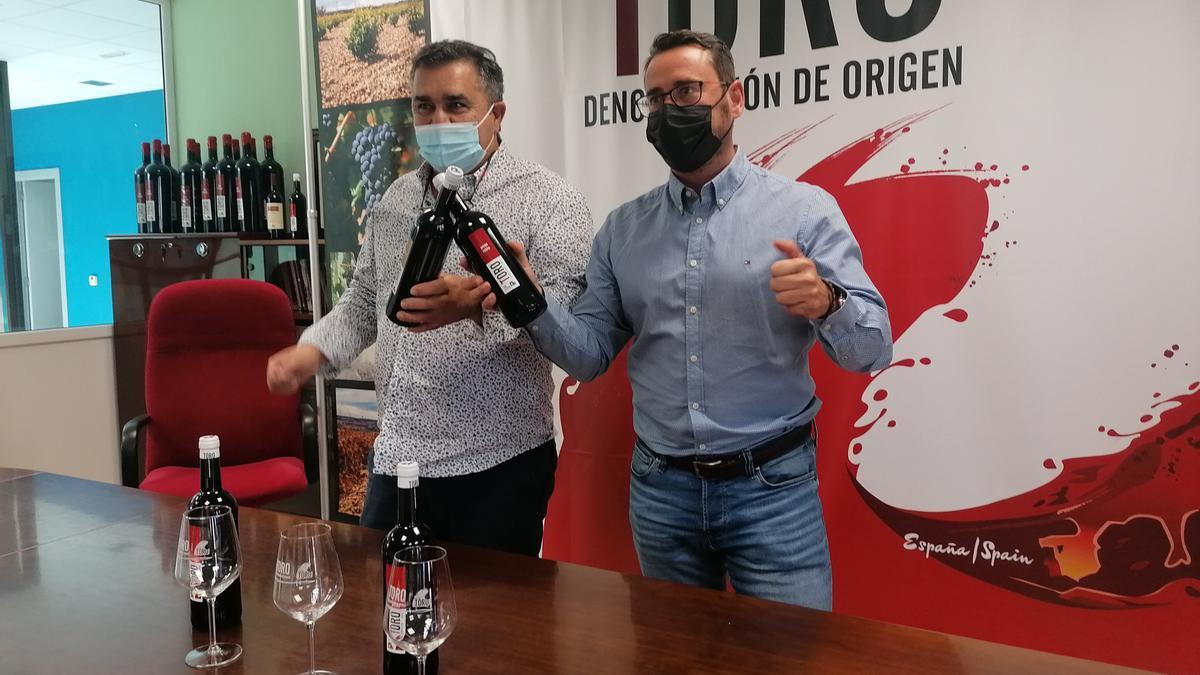 Carlos Gallego (Izquierda) y Santiago Castro hacen público el resultado de la cata de calificación