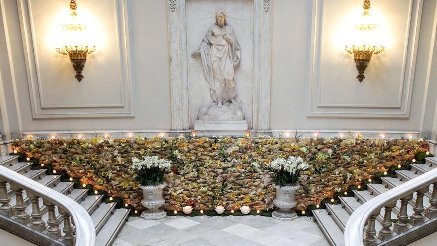 """El ayuntamiento se engalana con flores """"falleras"""""""