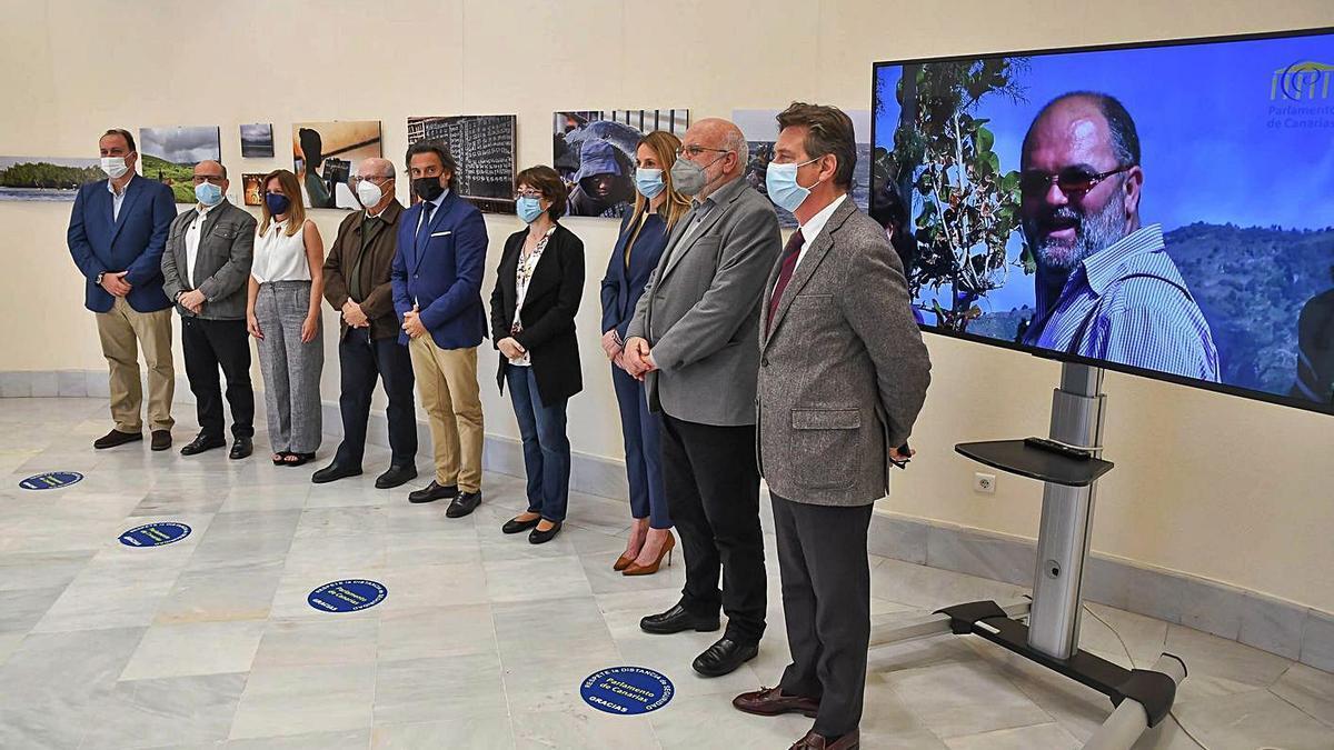 Foto de familia tras la apertura de la muestra, ayer, en el Parlamento de Canarias.