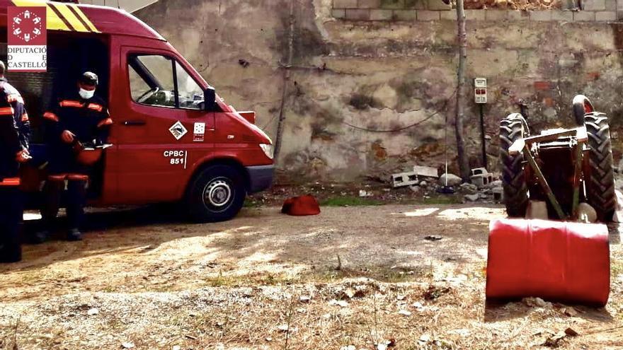Muere un anciano al quedar atrapado bajo su tractor en Albocàsser