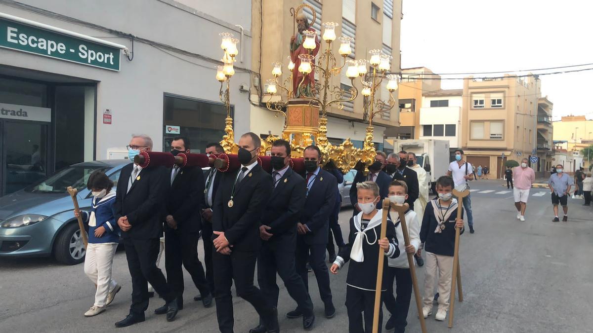 La imagen del santo ha procesionado en solitario por las calles del barrio de Sant Xotxim.