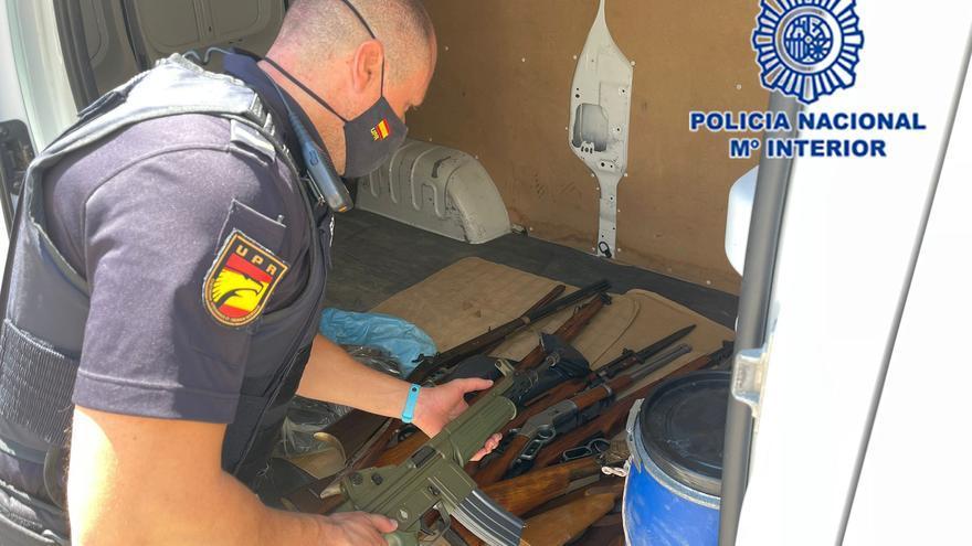Un anciano se pasea revólver en mano por la calle y la Policía halla en su casa un arsenal de armas de fuego
