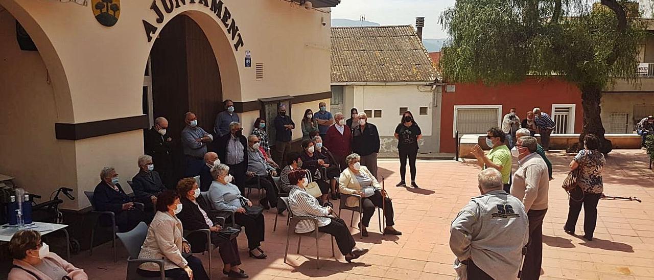 Concentración de los jubilados ante el ayuntamiento el pasado domingo. | LEVANTE-EMV