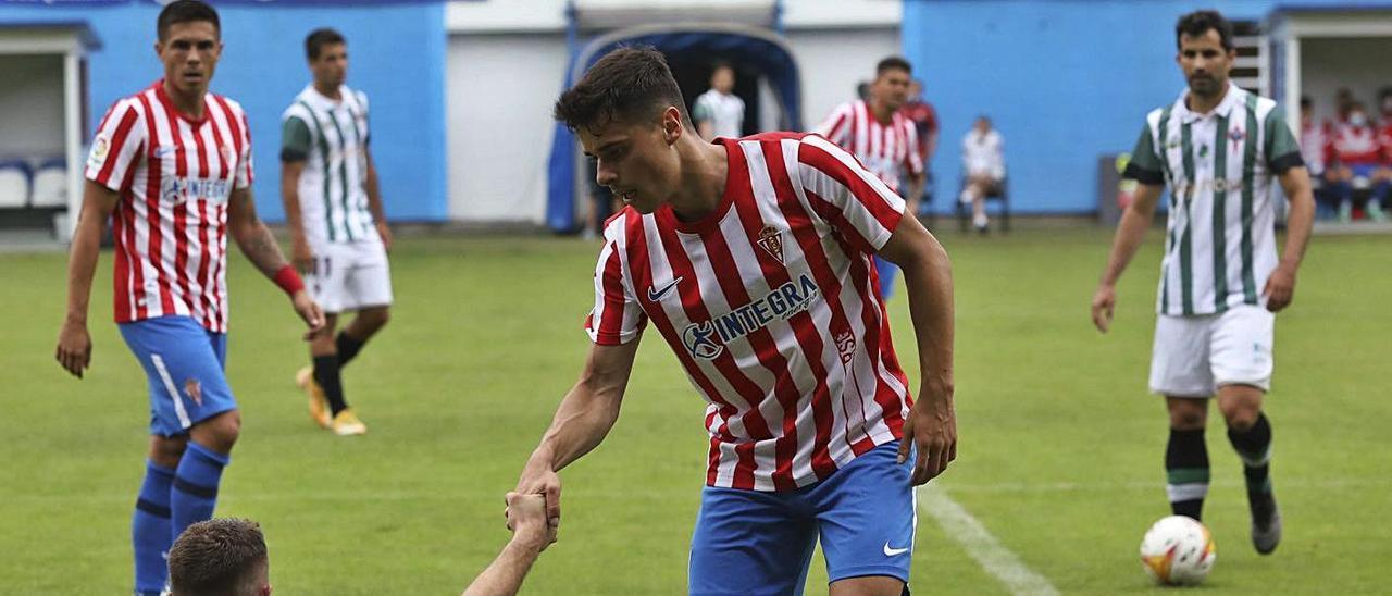 Gaspar ayuda a levantarse a Pep Caballé en el encuentro de pretemporada frente al Racing e Ferrol. | Ricardo Solís