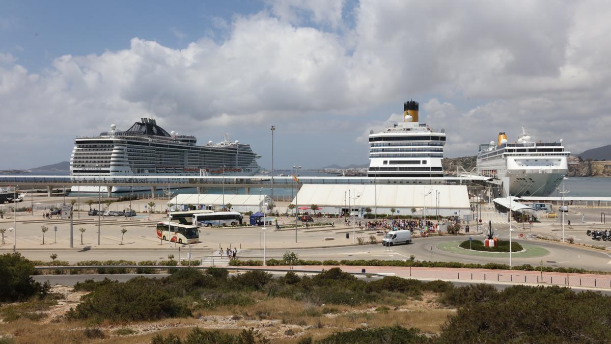 Imagen de archivo de cruceros en el puerto de Ibiza.