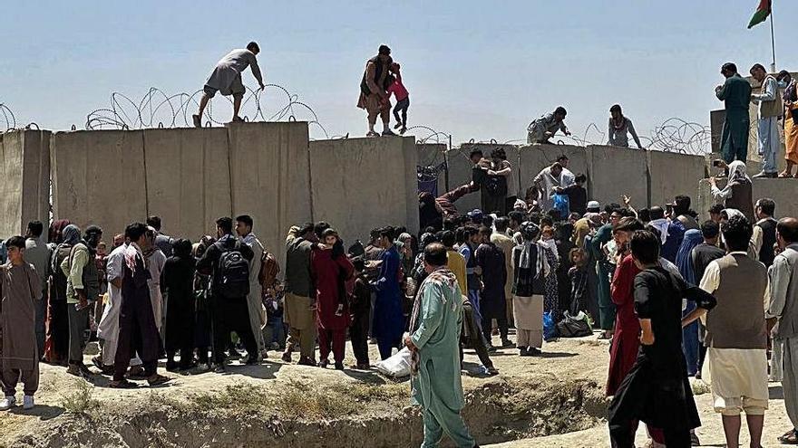 Els talibans prenen el control del país  i declaren la fi de vint anys de guerra