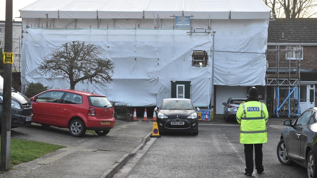 Un policía enfrente de la casa del Skripal en Salisbury.
