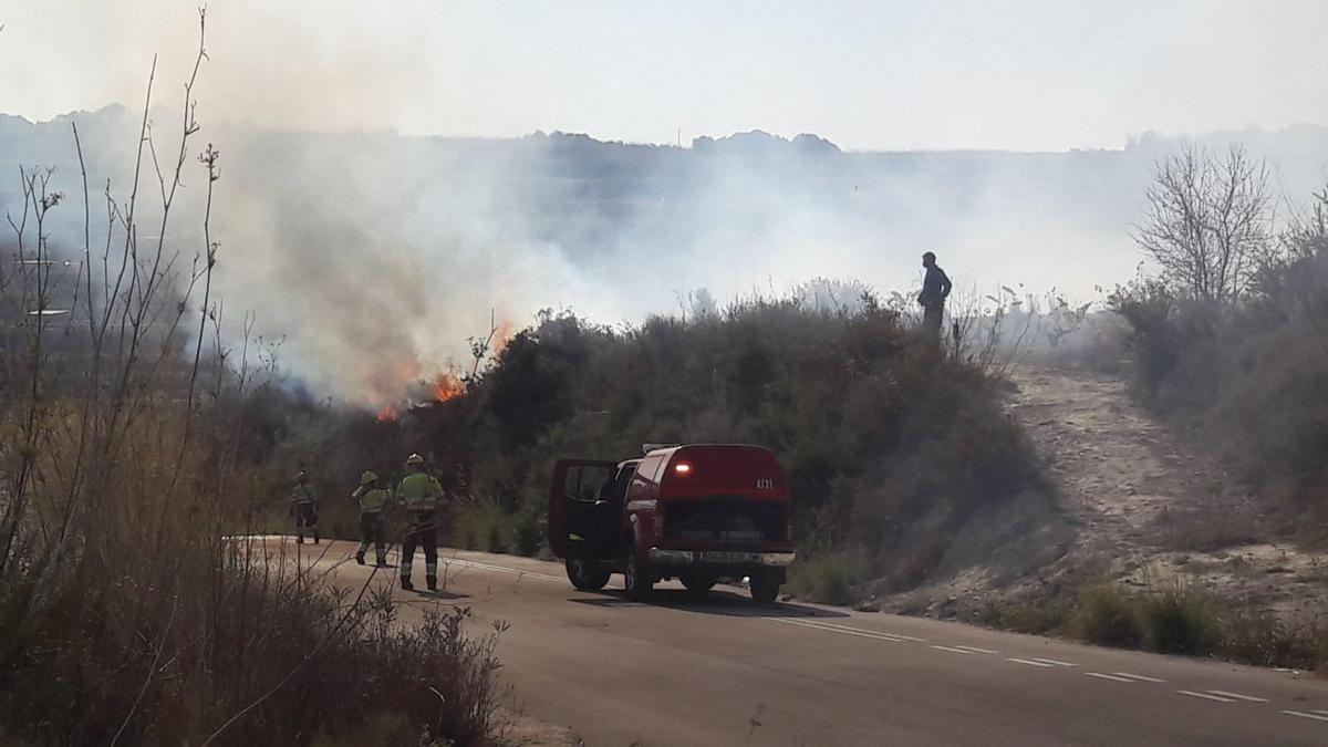 Los bomberos combaten las llamas