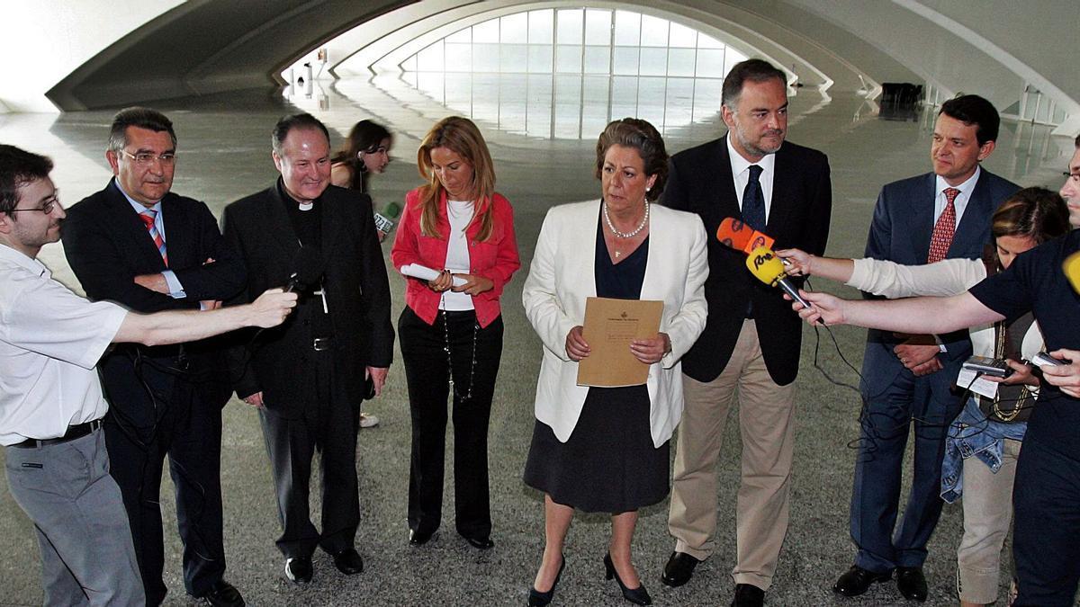 Presentación de la oficina de prensa para la visita del papa en Cacsa, con la asistencia de varios patronos de la Fvemf: Rita Barberá, Esteban Escudero y Fernando Giner.  | LEVANTE-EMV