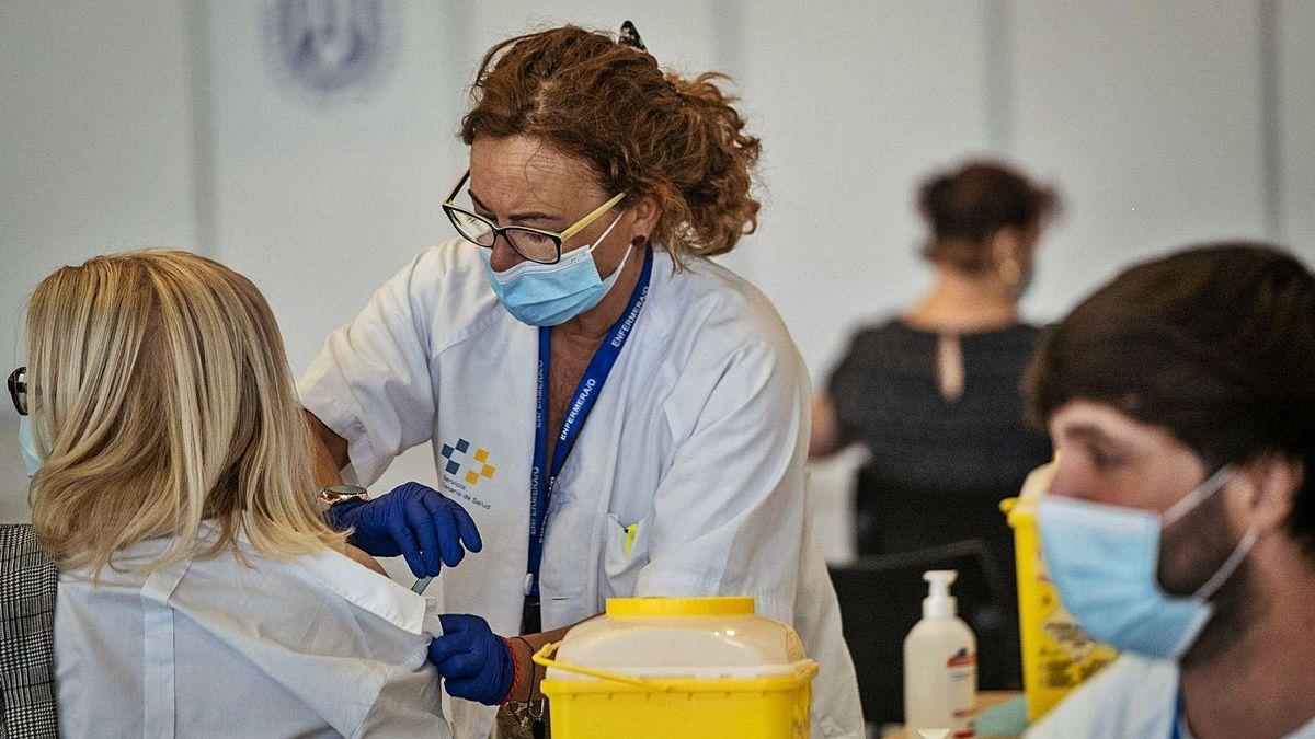 Casi la mitad de la población canaria ha recibido una dosis de la vacuna contra la Covid