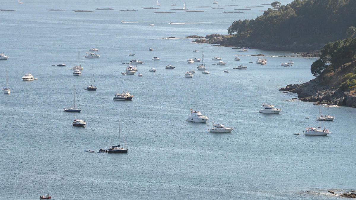 Barcos fondeados frente a Liméns y Temperáns un fin de semana de julio.// G.N.