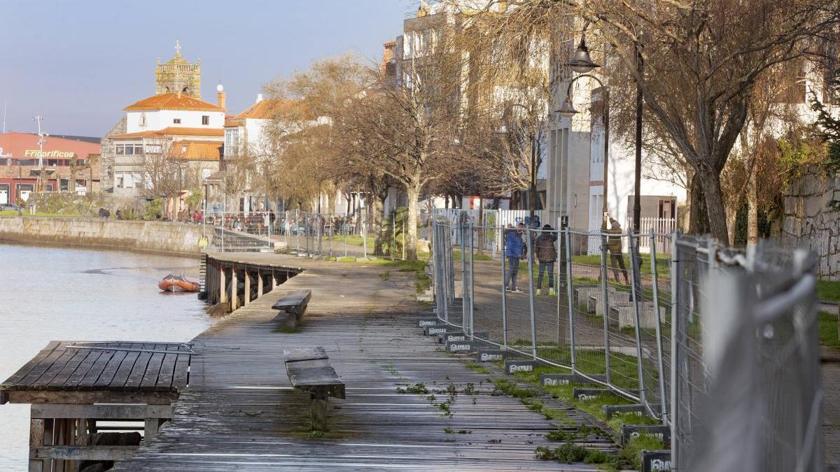Vista general del paseo de Bouzas por donde paseaba el hombre cuando fue multado. // R. Grobas