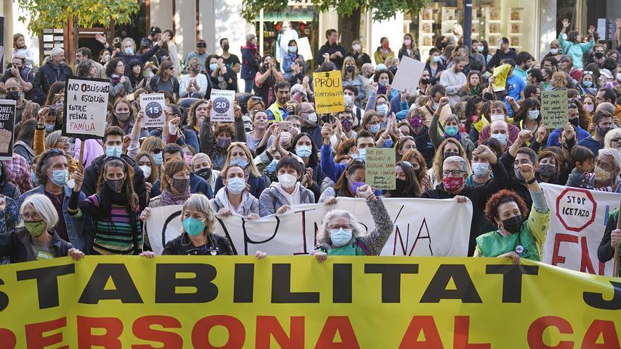 Centenars de professors es concentren a la Delegació del Govern a Girona en contra de la temporalitat