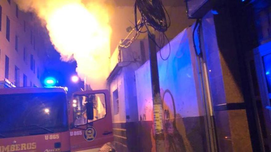 Doce evacuados en un incendio en la antigua comisaría de la Policía Nacional de Doctor Miguel Rosas