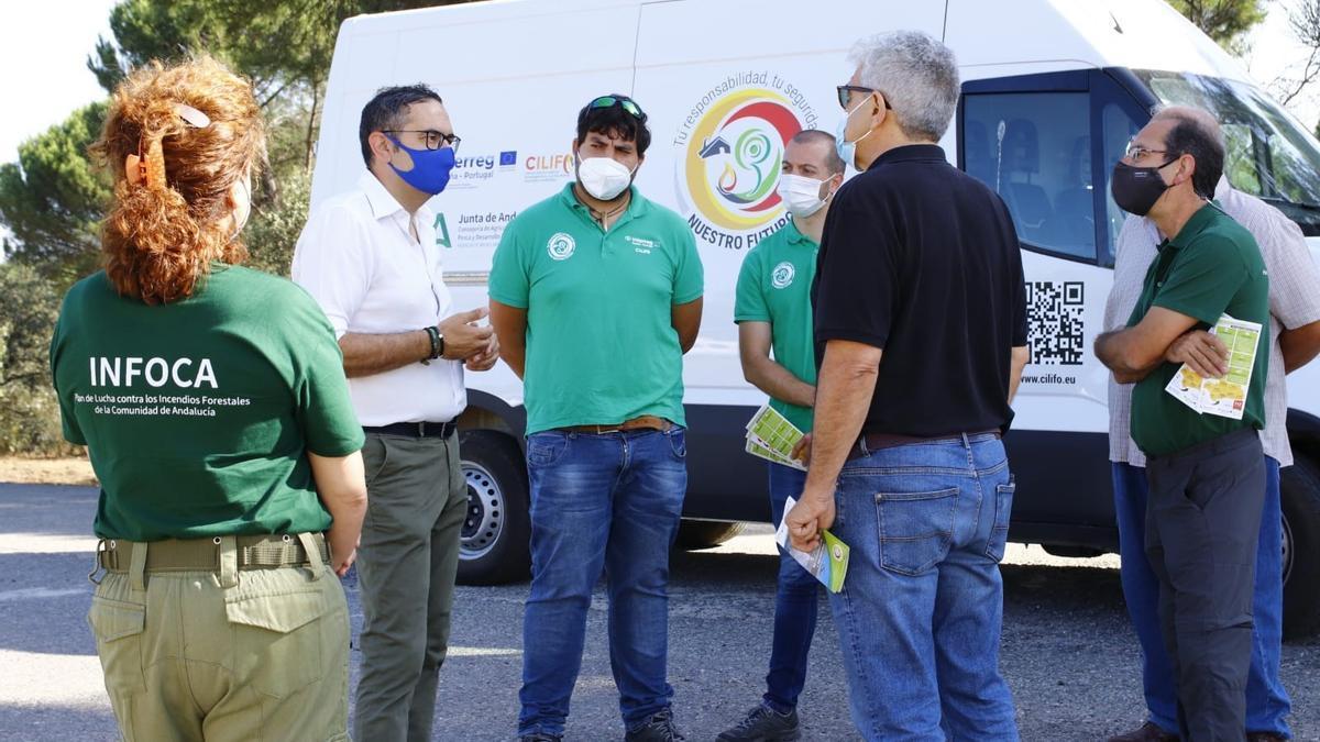 El delegado de Agricultura en Córdoba, con miembros del Infoca