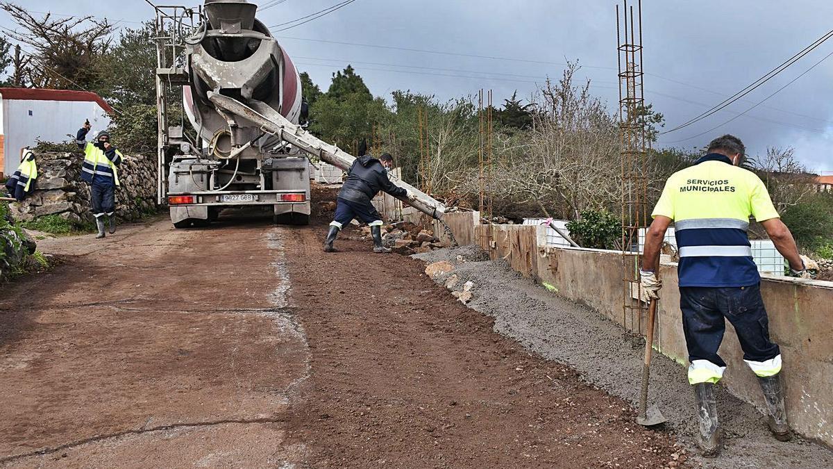 Operarios municipales trabajan en una obra en El Rosario.
