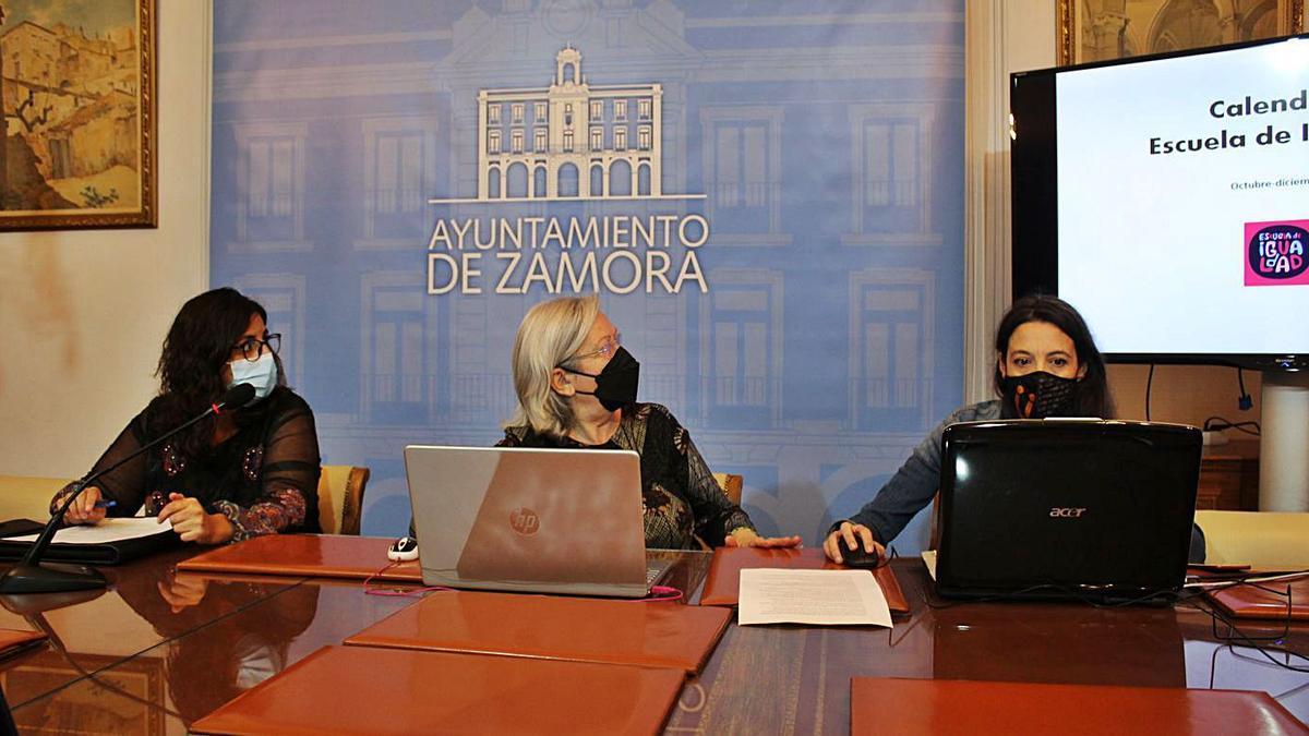 La concejala de Igualdad, Carmen Álvarez, durante la presentación de la Escuela de Igualdad.