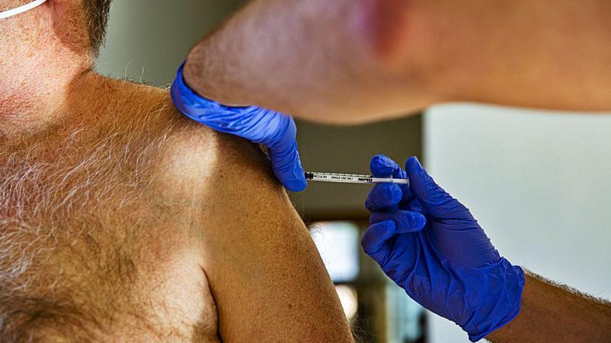 Sanidad prevé que 25.000 mayores de 90 años reciban la primera dosis esta semana